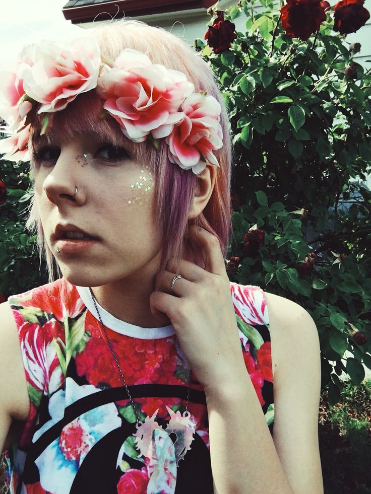 Scene girl hair Manic pixie dream girl  Flower crown Of mice and men  Pastel Pink Purple Unicorn tribe Floral  Emo girl Scene queen Tumblr girl  Emo boy Glitter highlight Alternative hair Scene hair Pixie cut Scene girl Makeup Hipster  Indiescene
