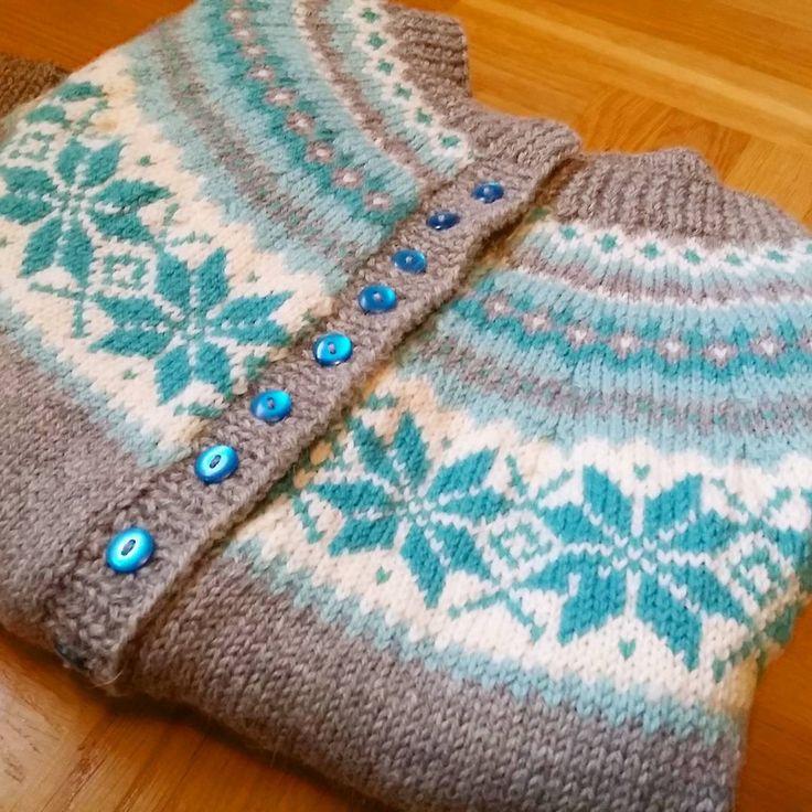 Äntligen färdig med min Nancy kofta, stickad i Peer Gynt! Finally finished my Nancy cardigan, knitted in Peer Gynt! #Luftmaskan #Sandnes #peergynt