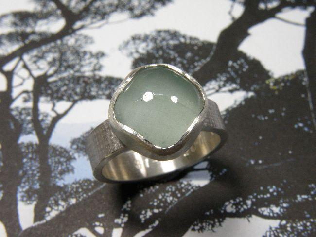 * gemstones and pearls | oogst-sieraden * Ring * Zilveren linnenstructuur ring met antiek geslepen aquamarijn * Maatwerk *