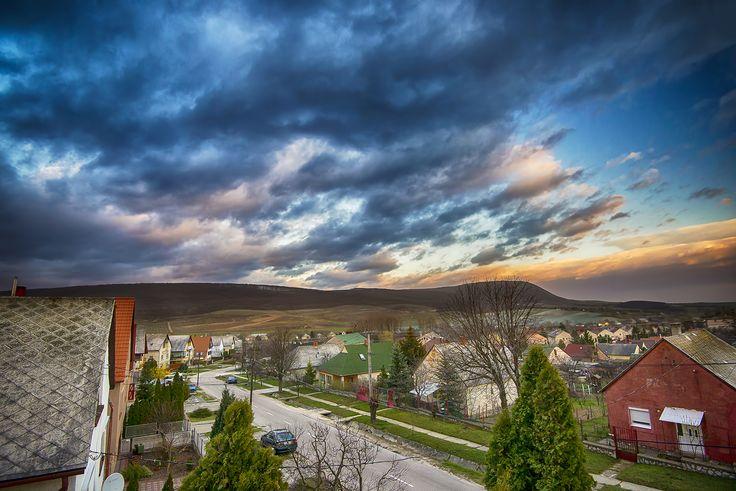 Tóth Gábor  Mór, Vértes, és a naplemente  Aznap este felé nagyon szépek voltak felhők, gyönyörű idő volt, nem tudtam megállni, hogy ne fotózzam le a Vértest ezekkel a felhőkkel. Ezt sikerült kihoznom belőle.  Több kép Gábortól: www.facebook.com/SzketiPhoto