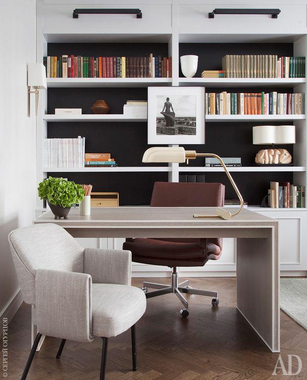 Кабинет. Письменный стол сделан по заказу, за ним офисный стул, найденный хозяином на свалке и полностью восстановленный. На стене работа Моники Деневан.