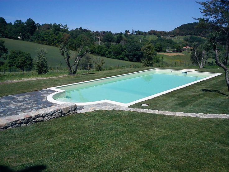 Elegante villa con piscina di 320mq con 13 ettari di terreno circostante, situata a Roccastrada, nella campagna della Maremma Toscana.  Su due livelli, dispone con grande soggiorno, cucina, due ripostigli, quattro camere, tre bagni, cantina e piscina esterna. seo@immobiliareballoni.it