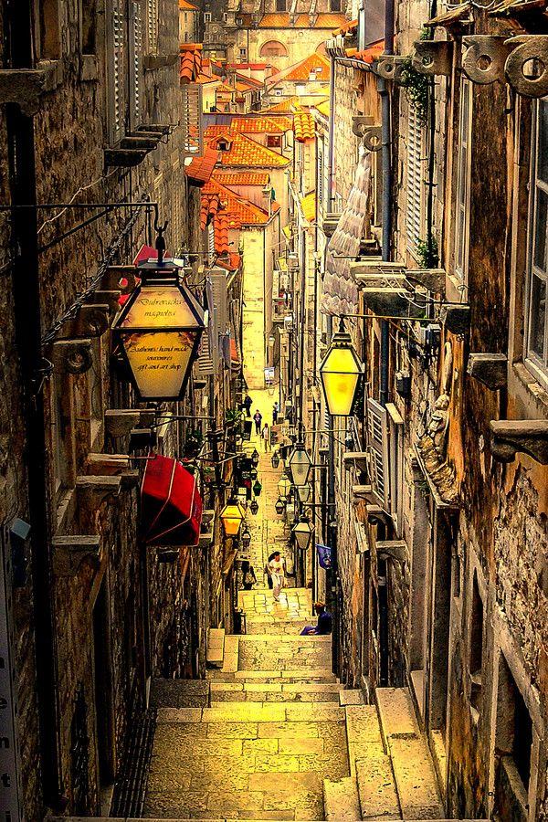 Dubrovnik city street ~ Croatia by Emir Terovic Trouver un billet d'avion pour la Croatie pas cher.