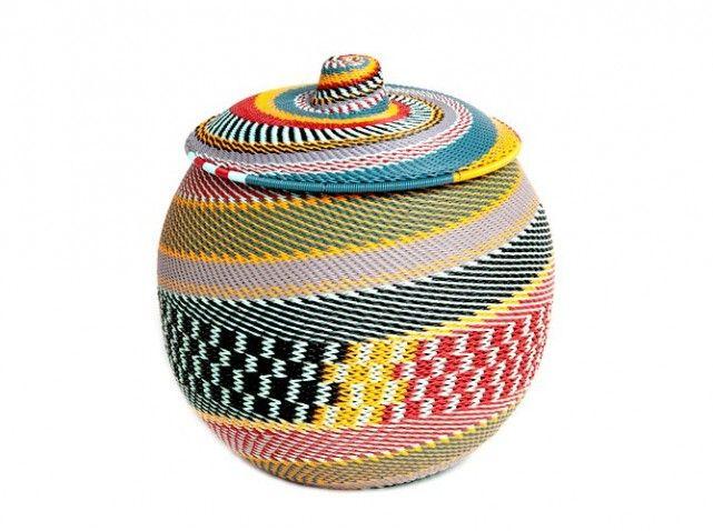 Panier tressé à base de fils de téléphone #ethnique #decoration #afrique #wax
