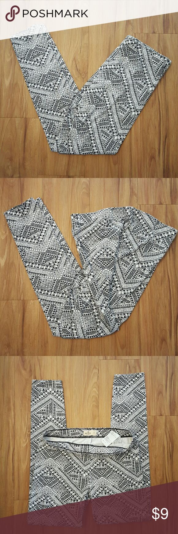 Black and white Hollister leggings new Hollister leggings black and white geometric pattern new, tag was ripped off  never worn. Hollister  Pants Leggings