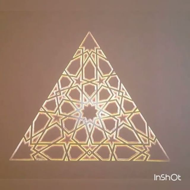 As you enter the permanent collection there is a long panel with an video playing... its mesmerising to see animated patterns coming to life.... #islamicgeometry #islamicart #islamicpattern #geometry #pattern #art #animation #video #agakhanmuseum