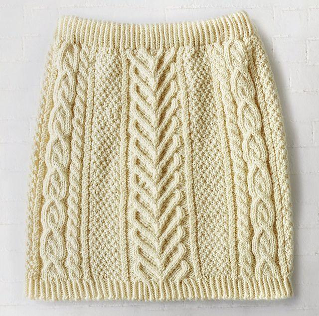 Stram nederdel med aranmønstre. Den er et stort arbejde, men bliver meget smuk. God øvelse i snoninger. Ikke for nybegyndere. Her strikket i ren uld på pinde 4. Læs mere ...