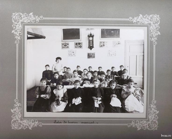 """Şcoala de fete - Sala de lucru manual, Galati, Romania, anul 1906, http://stone.bvau.ro:8282/greenstone/collect/fotograf/index/assoc/Jdir009.dir/Pag09_Sala_de_lucru_manual.jpg.  Imagine din colecţiile Bibliotecii Judeţene """"V.A. Urechia"""" Galaţi."""