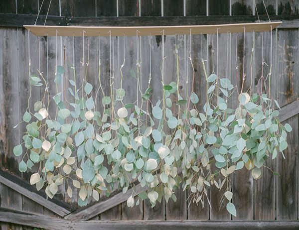 diy foliage chandelier http://weddingwonderland.it/2015/10/matrimonio-botanico-fai-da-te.html