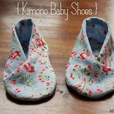Use this tutorial and free PDF pattern to make these adorable kimono baby shoes for a 0-6 month old.  Great for a baby shower gift, or to give after the baby is born.View This Tutorial