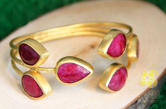 UP03 Brazalete ajustable de bronce y rubíes. Rojo y dorado. Hecho a mano. Silvia Ardila Joyería Contemporánea. on Etsy, $185.00 Ruby bracelet www.silviaardila.co Lovely, feminine, delicate, just like you!