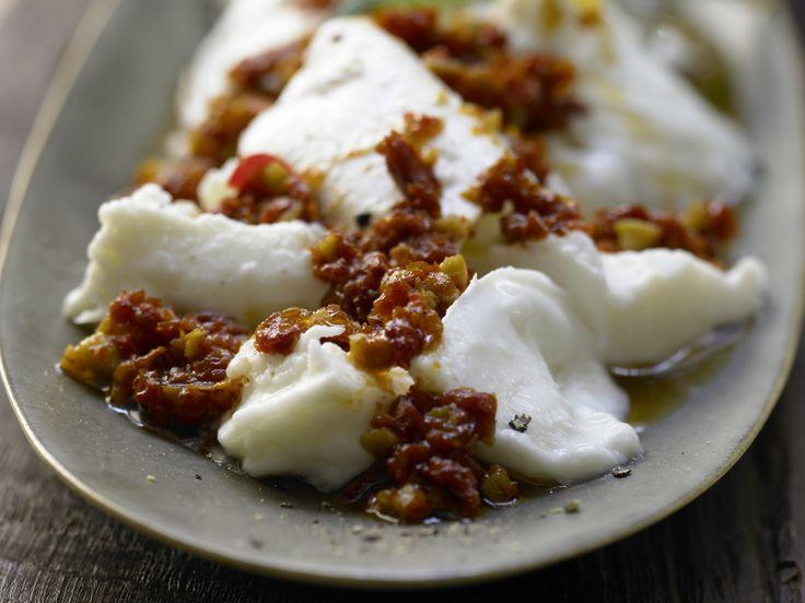 Marinierter Mozzarella - mit Oliven und getrockneten Tomaten - smarter - Kalorien: 183 Kcal - Zeit: 10 Min. | eatsmarter.de #eatsmarter #rezept #rezepte #mittelmeer #mittelmeerdiaet #diaet #abnehmen #mediterran #mediterranekost #kost #leicht #oel #olivenoel #mozzarella #tomaten #getrocknetetomaten