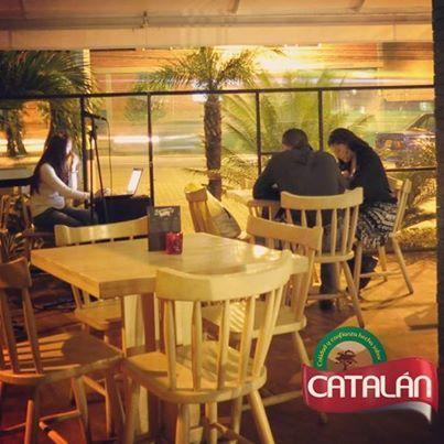 Si quieres un viernes agradable en compañía de tus amigos con música en vivo, ven a Catalán y deja que la comida y la bebida de nuestro restaurante te sorprendan.