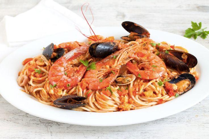 Un grande classico della cucina, un vero tripudio di sapori di mare. Prova la ricetta degli spaghetti allo scoglio del Cucchiaio d'Argento!