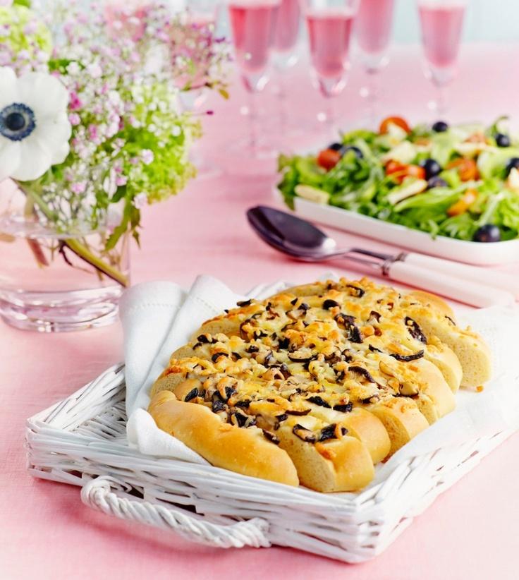 Mehevä sienifocaccia maistuu parhaimmalta tuoreena. Focaccian pinnalle voit ripotella sienien tilalta myös esimerkiksi erilaisia yrttejä.