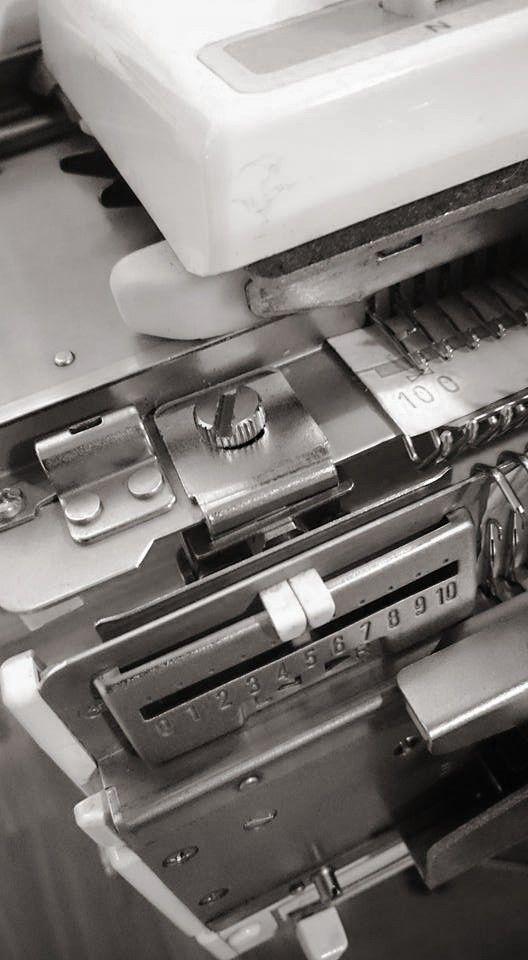 #Koneneulonta vaatii tarkkuutta ja onnistuminen voi olla milleistä kiinni kuten tänään. Kyseinen #ruuvi ystävineen piti säätää tarkasti! 🔧🔩 Sometimes #machineknitting is about millimeters like today. This #screw and his friends required very careful setting! #Helmineule #Helmiknitwear #neulekone #knittingmachine #brotherneulekone #brotherknittingmachine #evaneulekone #evaknittingmachine #säätäminen #setting #millintarkkaa #justeikämelkein