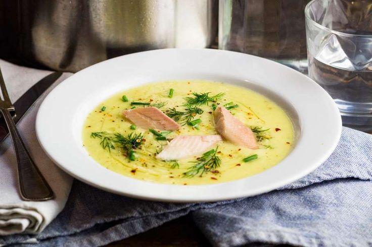 Recept voor preisoep voor 4 personen. Met zout, water, olijfolie, peper, prei, forel, ui, knoflook, chilipoeder, groentebouillonblokje en aardappel