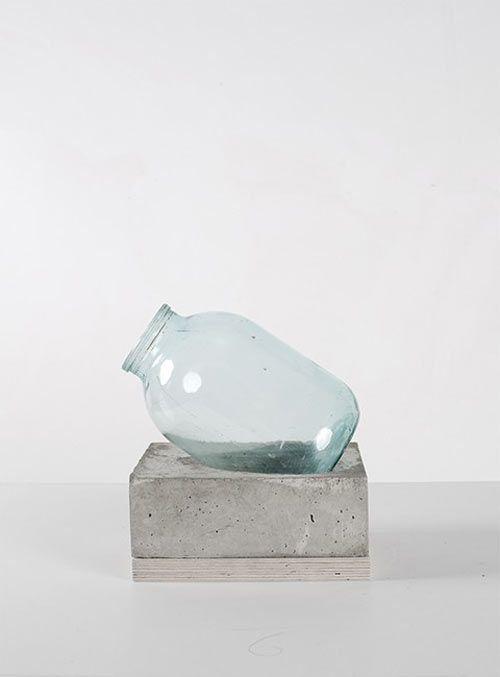 Diese kreative Designervase eignet sich auch als Vorlage fürs nächste DIY  Tolle Idee mit concrete zu arbeiten!