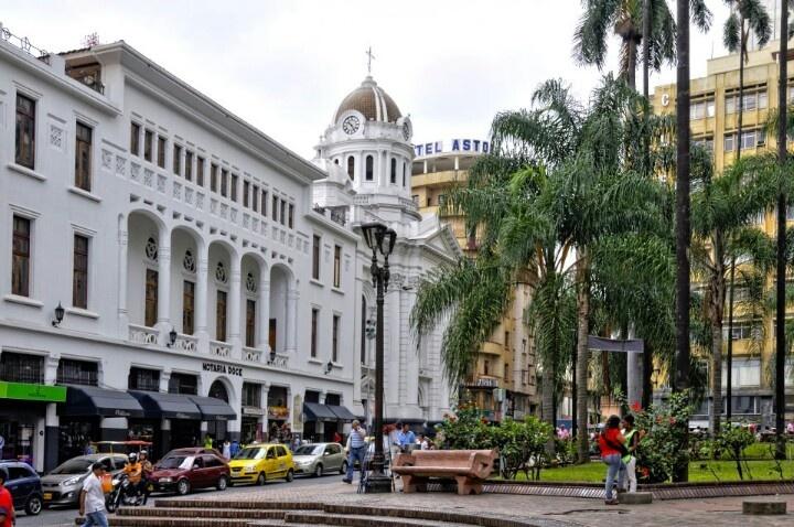 La plaza Caicedo, Cali, una de las plazas bellas de Colombia