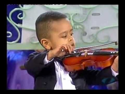 Andre Rieu introduces 3yr old violinist, Akim Camara, during his 'Flying Dutchman Concert' at Parkstad Stadium in the Nederlands (2005). Akim (born 27 October 2001 in Berlin-Marzahn)  plays Concerto G Major op.11 with the Johan Strauss Orchestra.    (Copyright Infringement not intended. Please contact me direct if this video needs to be removed)
