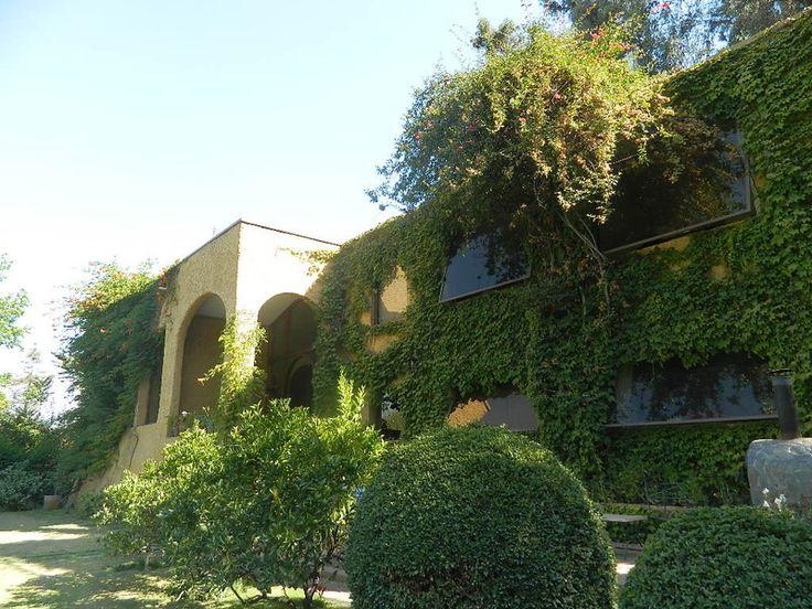 Propiedad emplazada en maravilloso terreno con arboles añosos. La construcción es de estilo Toscano, con amplios recibos de gran altura living y comedor separados. En el primer nivel hay 3 dormitor...