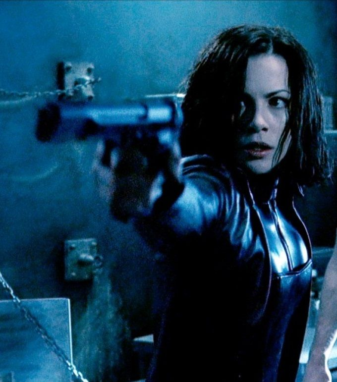 Selene aiming a Pistol in Underworld Movie