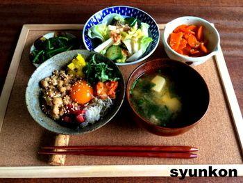彩り納豆定食。納豆に残り物のお漬物を刻んで乗せれば立派な定食に。卵黄も乗せて栄養バランスもばっちりです。