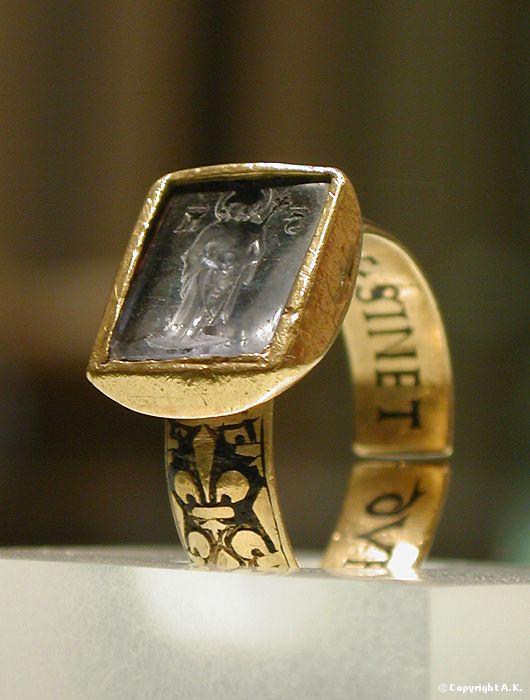 """El anillo del rey San Luis de Francia (Luis IX). Oro con esmaltes y un zafiro, se encontró en la abadía de San Denís. La inscripción pone """"C'EST+LE+SINET/DU ROI+SANT+LOUIS"""""""