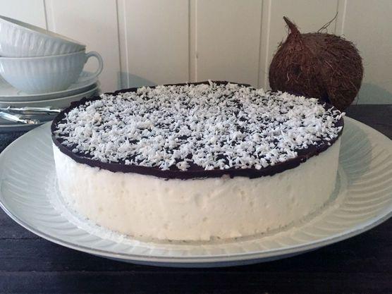 Enkel oppskrift på kokosbollekake! Myk skumkake inni og mørk sjokolade på topp, akkurat som kokosboller, en kake både store og små liker.