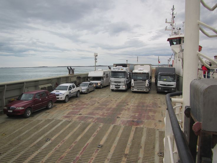 Cruce del Estrecho de Magallanes en transbordador. XII Región de Magallanes. Chile.