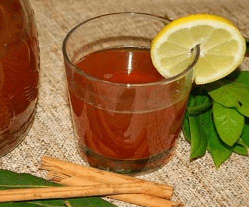 Il tè alla cannella e alloro è uno dei trucchi casalinghi utilizzati in per la perdita di peso. Sembra che le proprietà di queste due spezie agiscano sul sistema digestivo, aiutando il dimagrimento in modo rapido. Il
