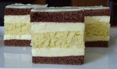 Jednoduchý a super vypadající koláč s vanilkovým krémem a bílou čokoládou na vrchu. Mňamka!