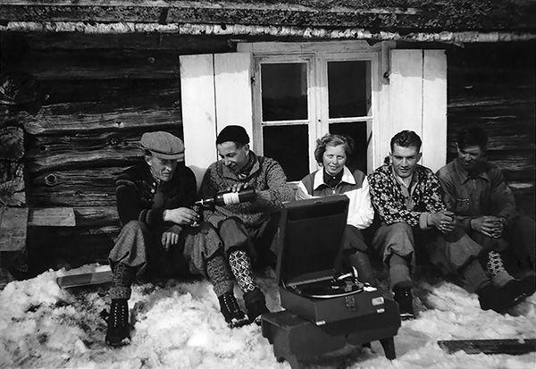 På skitur. Frå venstre: Ola Bøygard, Olav Bøygard, Else Halvorsgard, Sevat Halvorsgard og Knut Bøygard. (Utlånt av Gro Holeplass) www.gamleaal.com