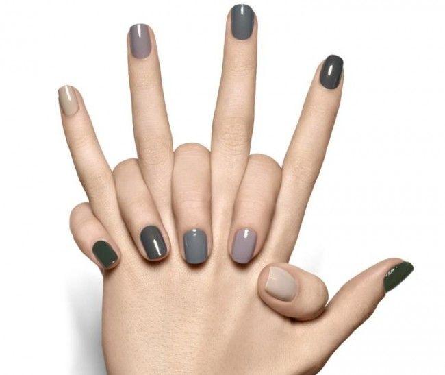 Fingernägel in grauen Farbnuancen lackieren