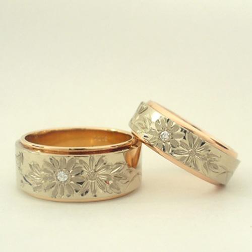 花4種 菊 彫りの中でもワンポイントとシンプルな花4種。   お花の1つにダイヤモンドが入ったデザインです。もちろんダイヤモンド無し、または他のお花に入れる事も可能。   素材はピンクゴールドとホワイトゴールドのコンビ。もちろん他の素材に彫ることも可能です。