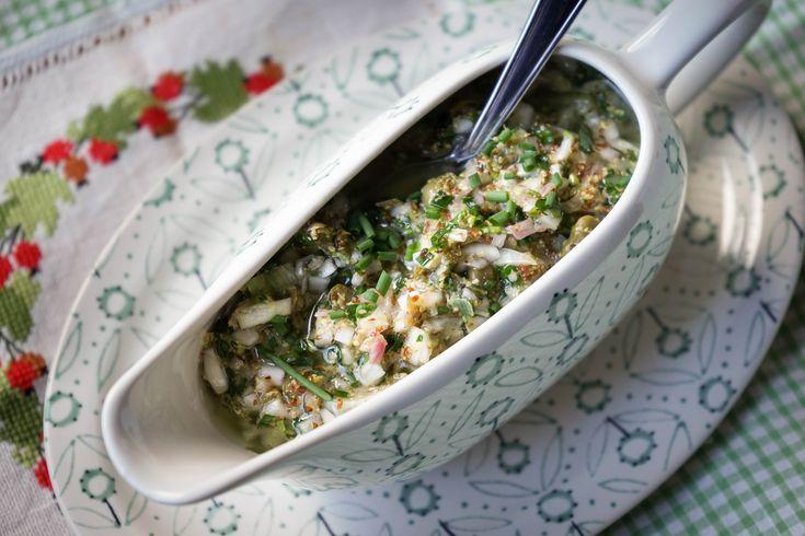 Sauce ravigote. Une sauce classique de la cuisine française, qui se sert froide ou chaude.. La recette par Chef Simon.