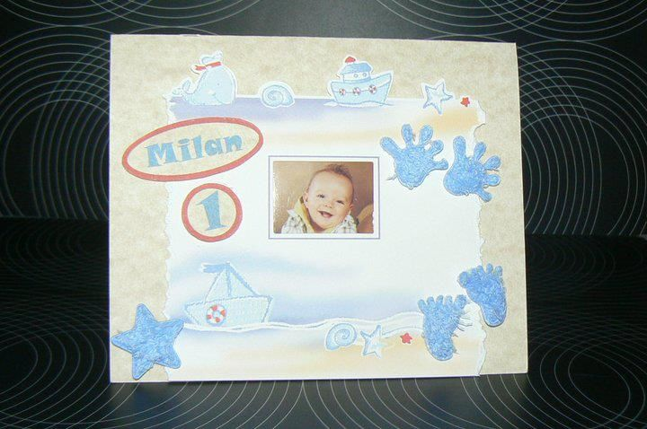 Gepersonaliseerde verjaardagskaart voor 1ste verjaardag Milan - Opleg kader met strandfiguurtjes gerecycleerd uit geboorte boek