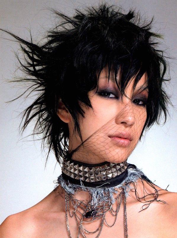 Foto promozionale di Mika Nakashima in stile dark/punk fashion she's hot,