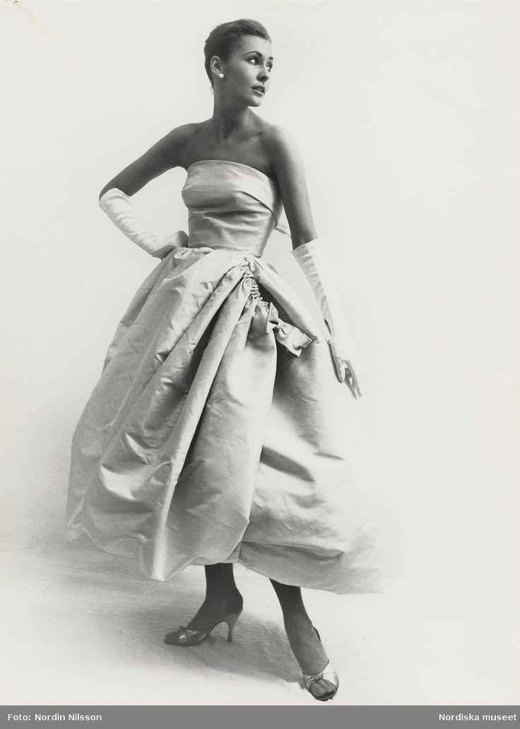 Original Balenciaga, 1956. Modell i axelbandslös aftonklänning med rosett, handskar och aftonskor. Foto: Nordin Nilsson