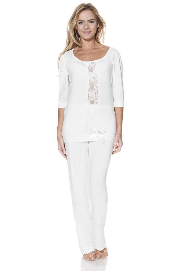 Smyslné dvoudílné pyžamo SERENA s nápaditou krajkou. K dostání v barvě krémové, lososové nebo béžové.