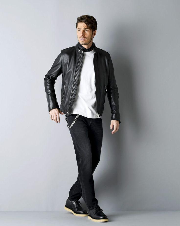 独特の重厚感とタフな見た目が男心をくすぐるライダースジャケット。ダブルとシングルの打ち合わせの違いはもとより、ベルトの有無やステッチデザインなどの仕様ひとつで与える印象も大きく変化する。今回は、ライダースジャケットにフォーカスして2017/18秋冬注目の着こなしを紹介! ダブルライダースジャケット×タイドアップシャツ×ジャージースラックススタイル 防風としても機能するダブルライダースジャケットのラペルデザイン。タイドアップシャツを合わせれば、テーラードジャケットのようにライダースジャケットを着こなすことができる。見た目のドレス感と機能面を両立させたいなら、ジャージー素材で仕立てられたスラックスは有力な選択肢だ。足元には程よくスポーティなチーニーの外羽根プレーントゥを合わせて。 マッキントッシュのジャケット 25万円(マッキントッシュ ジャパン) 03-3589-0260 ジョン スメドレーのニット 4万3000円(リーミルズ エージェンシー) 03-3473-7007 ターンブル&アッサーのシャツ 3万3000円(ヴァルカナイズ・ロンドン) 03-5464-5255 ...