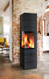 Modułowy kominek Elements może być wyposażony również w funkcję obrotową. To w połączeniu z narożną szybą zapewnia doskonały widok płomienia.
