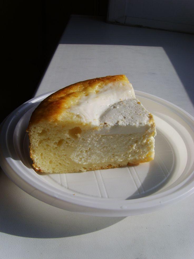 385. Быстрый творожный пирог-ватрушка Бисквитное тесто на сметане:  2 яйца 1/2 стакана* сахара 1 стакан* сметаны 1/2 ч.л. соды 1 стакан* муки 2ст.л. растопленного сливочного масла  Начинка:  500 г творога 1/2 стакана* сахара (или меньше, по Вашему вкусу) 3 яйца 1 ст.л. манной крупы