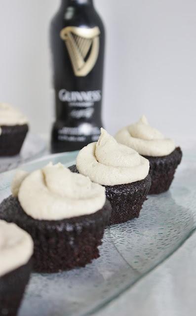 Guinness Chocolate Cupcakes with Vanilla Whiskey Frosting #vegan: Guiness Cupcakes, Rawsom Vegans, Guinness Chocolates, Chocolates Cupcakes, Vegans Life, Guinness Cupcakes, Vegans Desserts, Water Fast, Cupcakes Rosa-Choqu