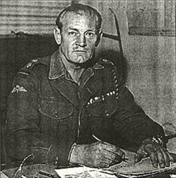 """Подполковник Джек Черчилль (John Malcolm Thorpe Fleming """"Jack"""" Churchill, 16 сентября 1906 - 8 марта 1996 года), по прозвищу """"Вояка Джек Черчилль"""" и """"Безумный Джек"""", был самым отмороженным британским солдатом, воевавшим во время Второй мировой войны. В бой Джек ходил вооружённый луком, стрелами и коротким шотландским палашом.  В мае 1940 года, Черчилль и его подразделение Манчестерского полка напали на немецкий патруль близ LEpinette, Франция. Черчилль подал сигнал к атаке, застрелив…"""