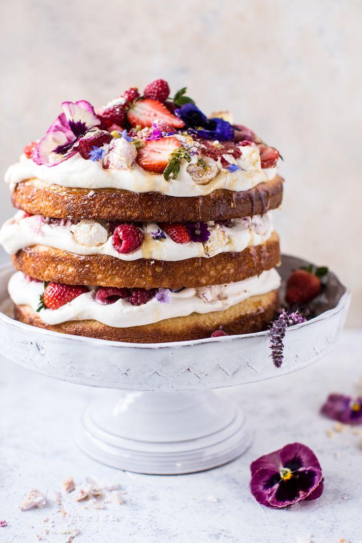 Wauw! Is dit geen beauty van een #taart om te maken voor #Moederdag? Welke banketbakker (papa, oma, opa, oppas) gaat deze prachtige taart maken voor de allerliefste moeder? #Recept in het Engels (gebruik desnoods een online vertaalmachine!): http://www.halfbakedharvest.com/coconut-eton-mess-cake-whipped-ricotta-cream/