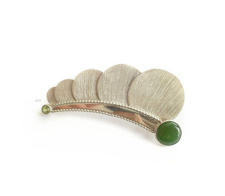 Broche Libel. Zilver, jade, peridoot. Unicum van Karen Klein edelsmid. | www.karenklein.eu