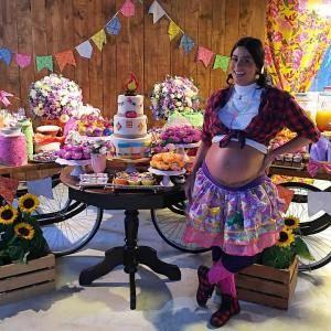 Carol Castro faz chá de bebê com o tema arraial para Nina