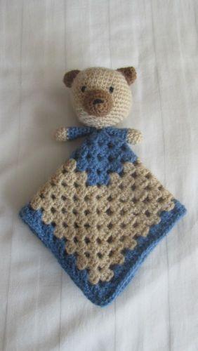 Baby knuffeldoekje van een beertje voor een #babyshower. Het patroon van het beertje komt van garnstudio:http://garnstudio.com/lang/nl/visoppskrift.php?d_nr=b21d_id=43lang=nl. #haken #knuffeldoekje #beertje #kraamcadeauje #crochet #baby #lovey