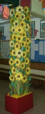 En una columna del centro, toda una clase va a decorarla usando distintos materiales como hojas de arboles, palos, cartulinas, goma eva... en función de la época del año correspondiente.
